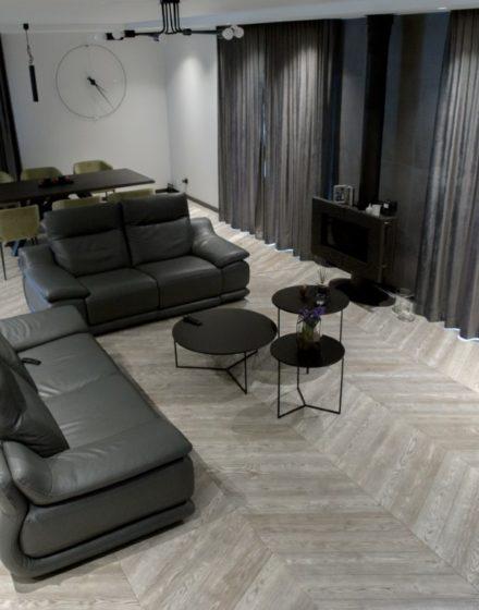 Medinės grindys: T-1010 Amiata. Medinės masyvo durys: 3479 Antique, modelis Velvet.