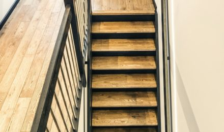 Oak solid stairs: I-shaped. Oak solid doors: model D1F. Oak flooring. Colours: 3481 Walnut and RAL9005.