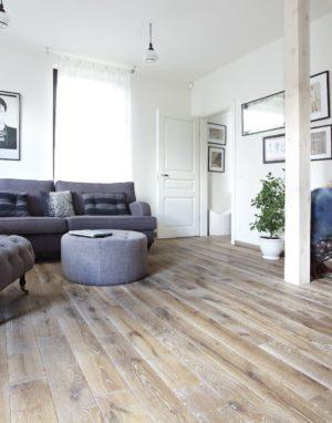 Ąžuolinė grindinė lenta, Rustikas, garinta, šukuota, spalva 3409 Skaidriai balta