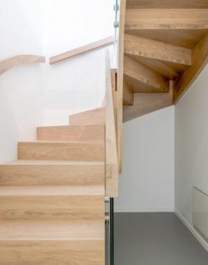 Mediniai ąžuoliniai laiptai: ąžuoliniai, U forma, Skaidriai balta 3409.