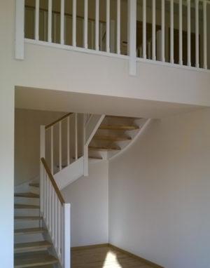 Mediniai laiptai: forma C, spalva Bespalvė alyva 3305 ir dažyta baltai RAL-9003.