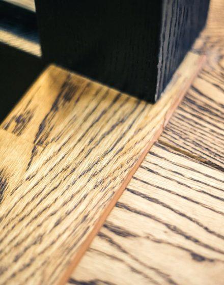 Oak solid stairs: I-shaped. Oak solid doors: model D1F. Oak flooring. Colours: 3481 Walnut and RAL9005.