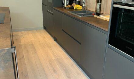 Q-3408 Aqua balta azuolines grindys parketas Medzio stilius